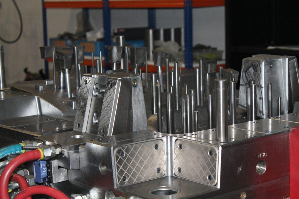 fabrico moldes em aço magamoldes branca albergaria-a-velha moldes injeção de plástico e alumínio solidworks deporam maquinação cnc electroerosão furação profunda retificação pontes rolantes akamoldes prismafer simoldes molde de injeção moldes plástico